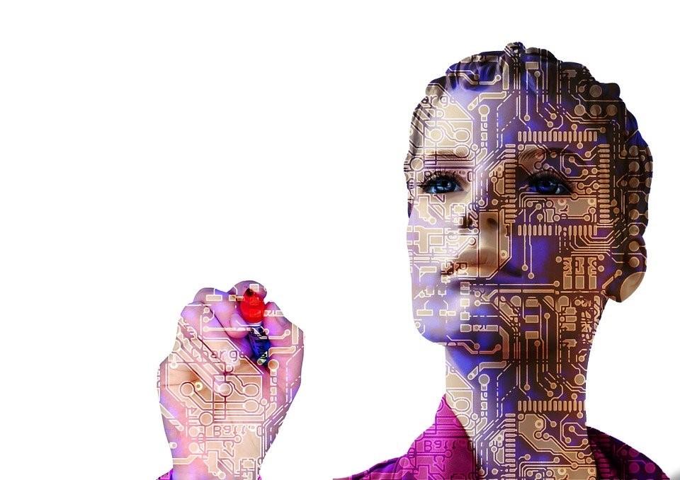 Femme robot qui écrit au stylo
